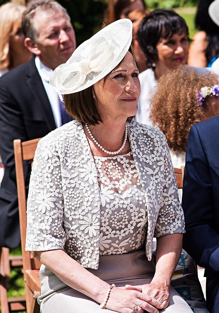 robe de cocktail avec haut en dentelle assortie avec une veste habillée femme pour mariage et un chapeau de cérémonie