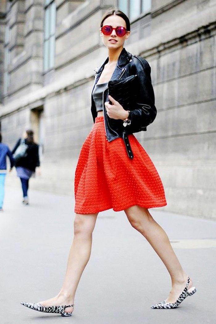 Veste cuir noir et jupe trapèze rouge, tenue décontractée chic femme, acheter les bons articles