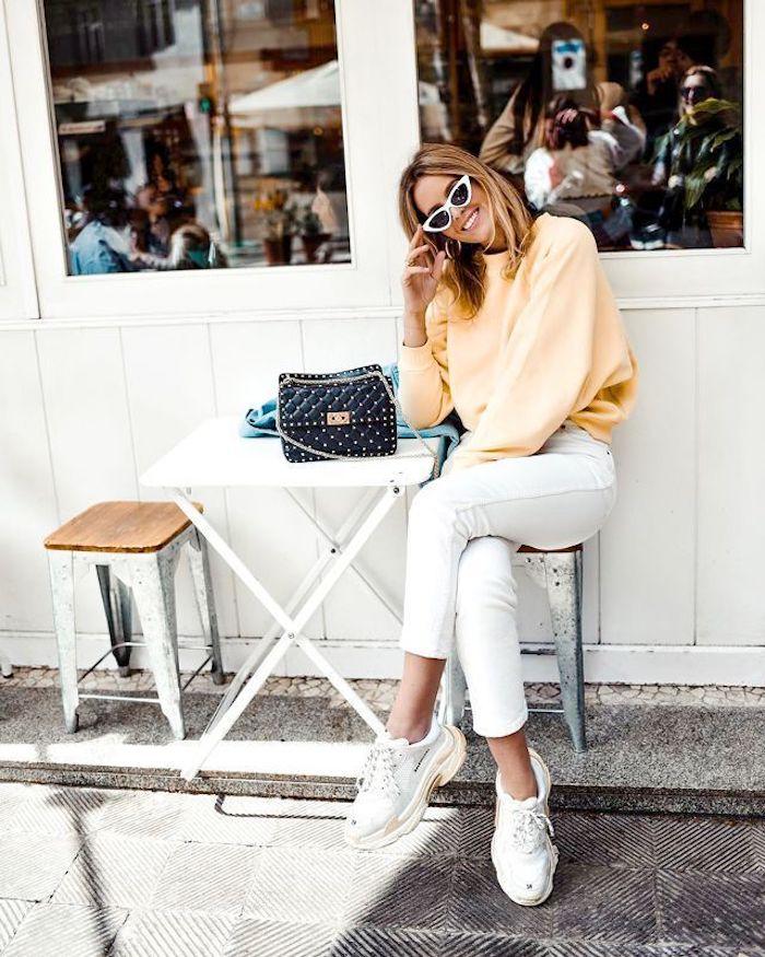 Jean blanc et baskets blanches Balenciagas, robe d'été femme, comment savoir comment s'habiller, idée de tenue automne