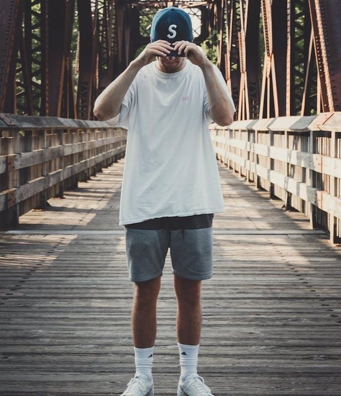 tenue de sport pour un look homme été chic eb t shirt blanc et short gris, chaussettes blanches, casquette de sport