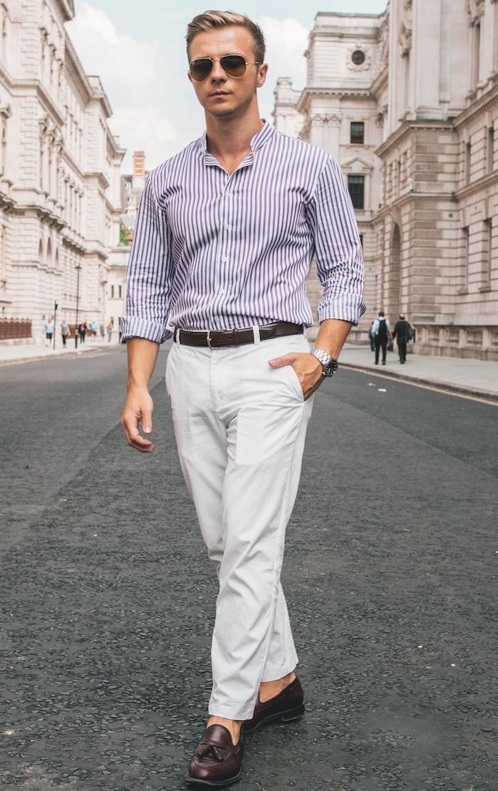 comment porter le costume en été, idée tenue été homme chic avec chemise à rayures et pantalon blanc, accessoire lunettes de soleil, chaussures homme été