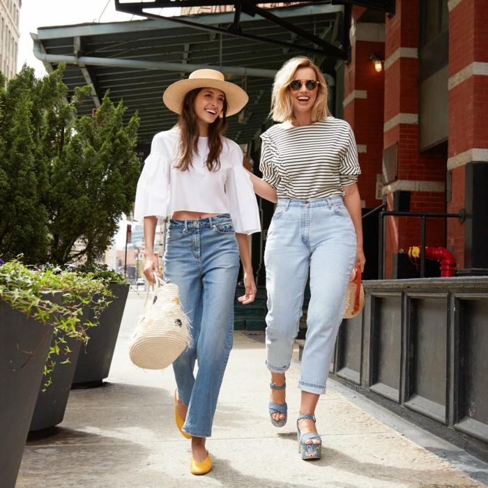 deux amies qui baladent, chapeau panama femme, chemise manches volumineuses, ballerines jaunes, t shirt rayé, lunettes de soleil