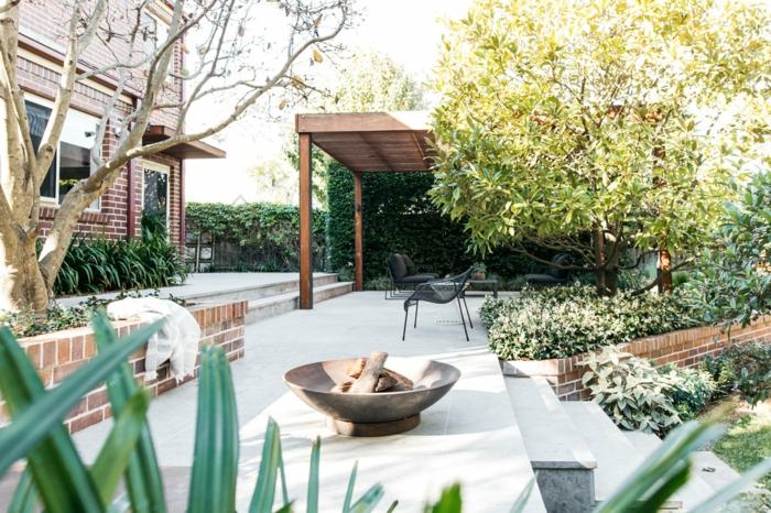 maison moderne, extérieur élégant, terrasse en béton, tonnelle en bois, arbres plantés, parterres, plantes architecturales
