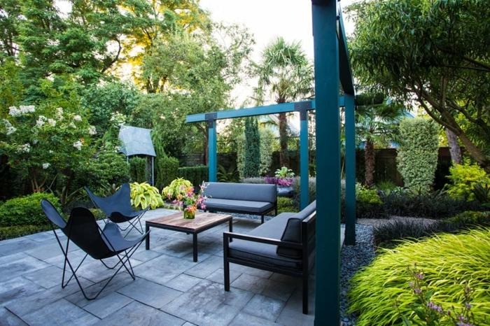 chaises papillon, aménager son jardin avec style, dalles, salon de jardin, plantes architecturales, aménagement terrasse et jardin photo