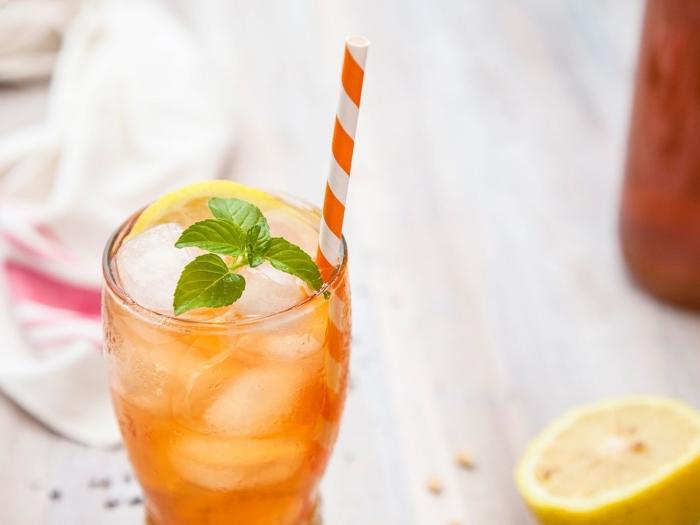 comment servir un thé glacé à la maison, idée recette thé glacé classique avec tranches de citron et feuilles menthe