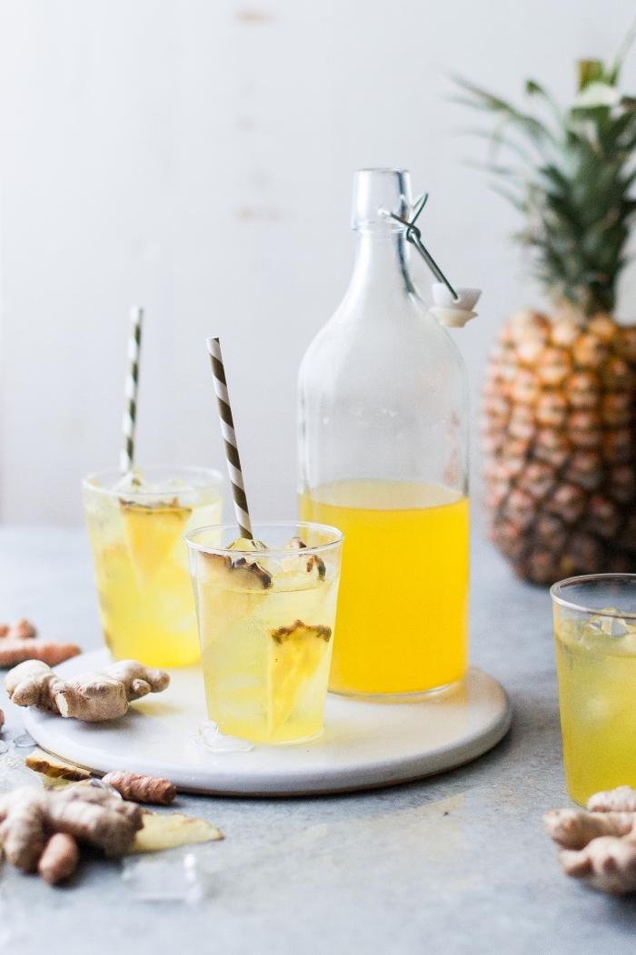 préparer une boisson rafraîchissante sans sucre, recette thé glacé avec tranches d'ananas, idée boisson froide facile