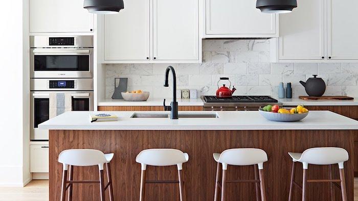 Moderne cuisine au style vintage avec ilot et chaises hautes, idée comment aménager la cuisine