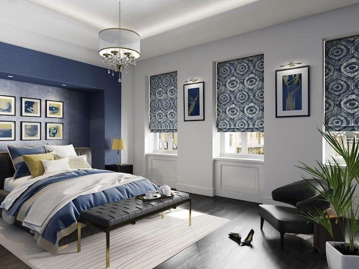 Chambre à coucher moderne à bleu et blanc avec détails jaunes, peintures d'ondes, six cadres au lieu de tete de lit