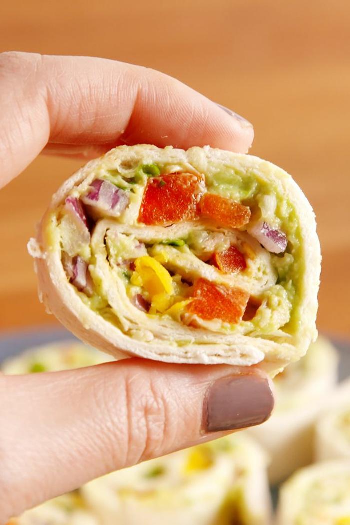 tortille riche en vitamines et substances alimentaires, amuse gueule, tomates, oignon, choux, patate