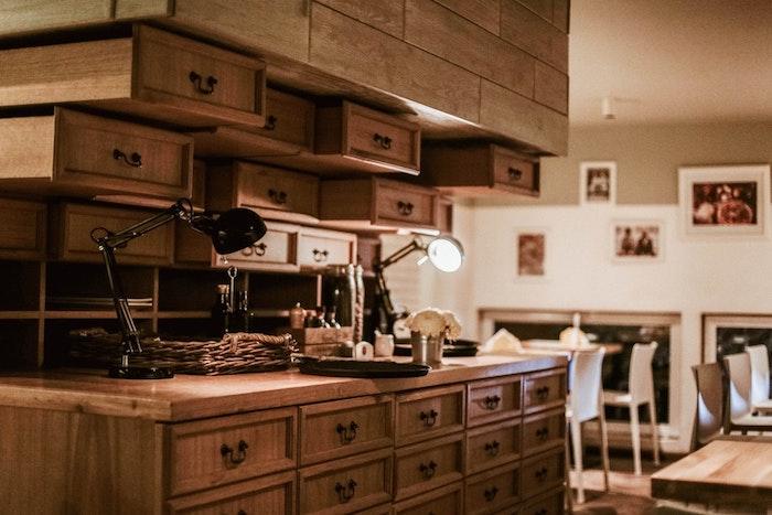 Bois cuisine avec beaucoup e placards, idée cuisine avec bufet en bois, restaurant avec chaises et tables