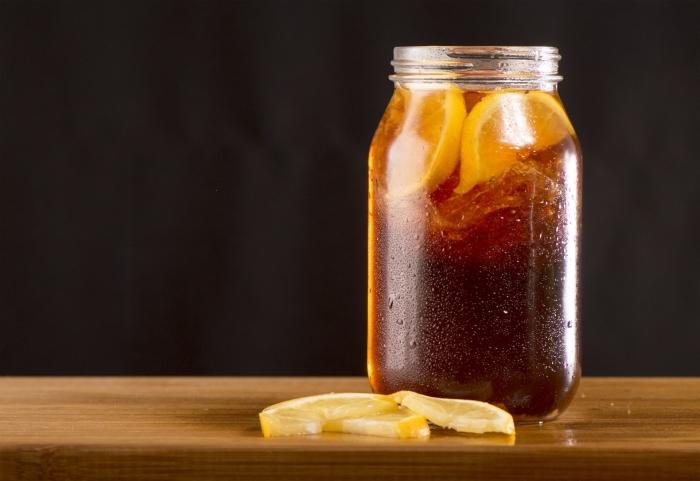 recette thé glacé facile et rapide, idée boisson rafraîchissante avec sachets de thé et fruits, jar boisson froide thé et orange