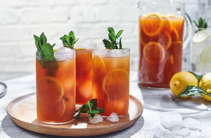 quelle boisson detox facile et rapide, idée thé vert refroidi servi avec feuilles de menthe et tranches de citron