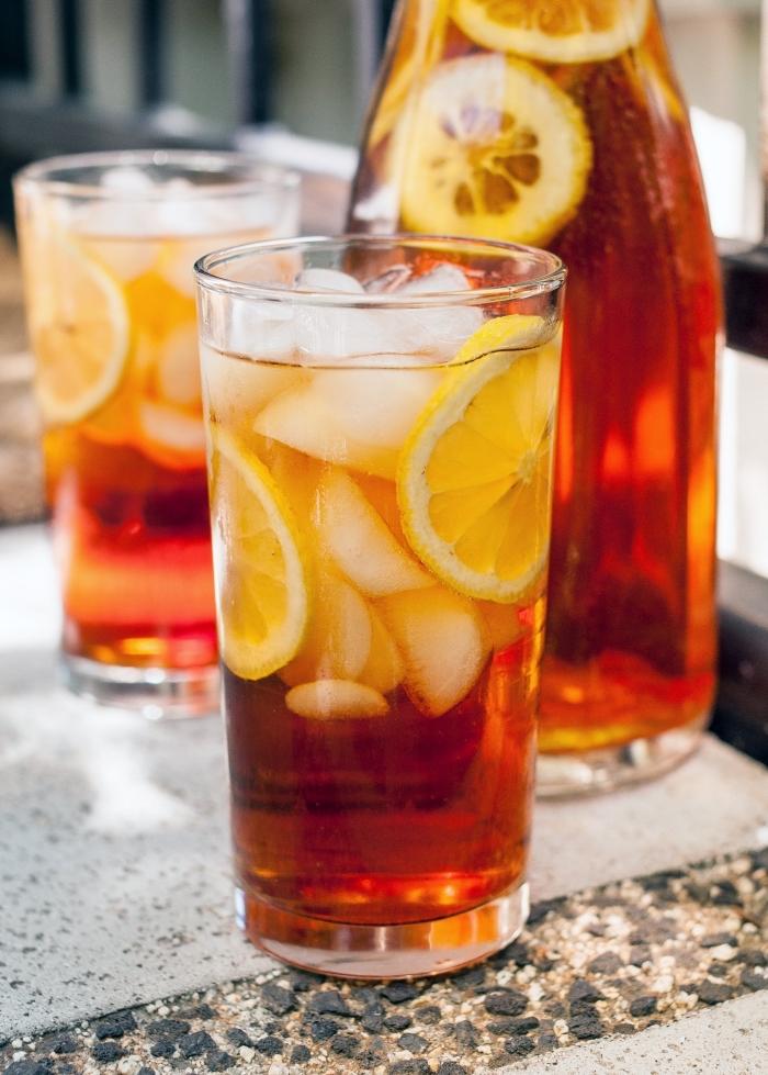 recette boisson rafraîchissante et savoureuse sans sucre ajouté, idée thé glacé dans un bocal avec tranches de citron