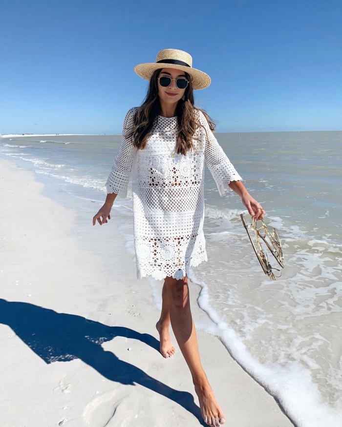 se promener au bord de la mer, robe tunique dentelle, lunettes de soleil rondes, sandales argentées