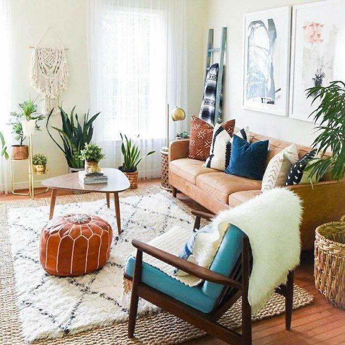 Canapé et fauteuil style scandinave, pouf marocain, tapis blanc et noir motif géométrique, bohème intérieur design