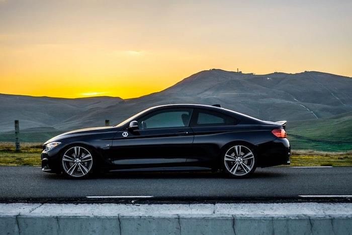 Voiture au coucher de soleil, montagne proche, véhicules électriques de BMW, Hans Zimmer