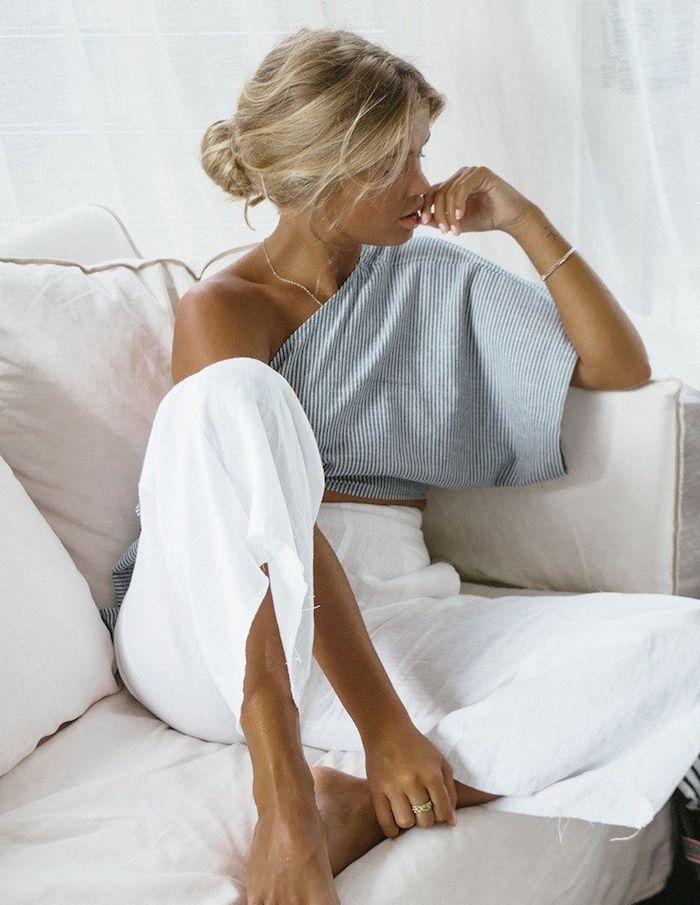 Pantalon blanc lin, top rayé, cool casual mode, casual chic femme moderne, femme blonde chignon bas