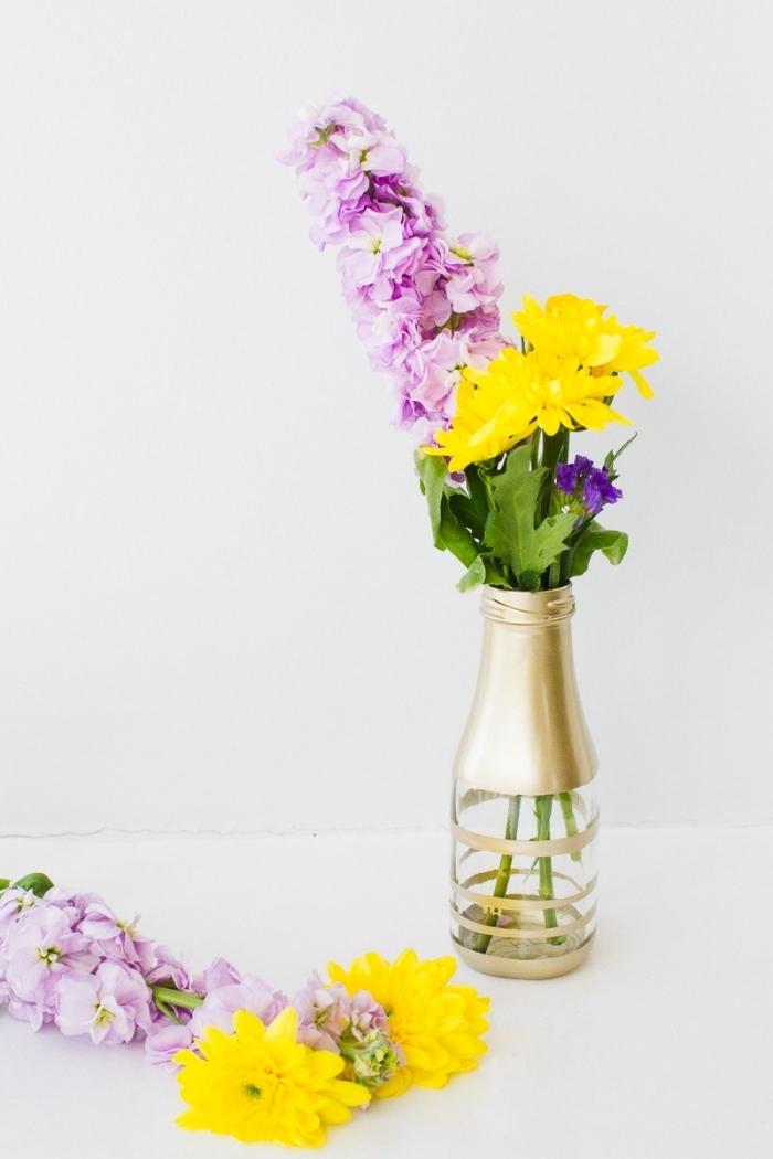bouteille décorée avec peinture dorée, deco de table avec un vase original, fleurs des champs