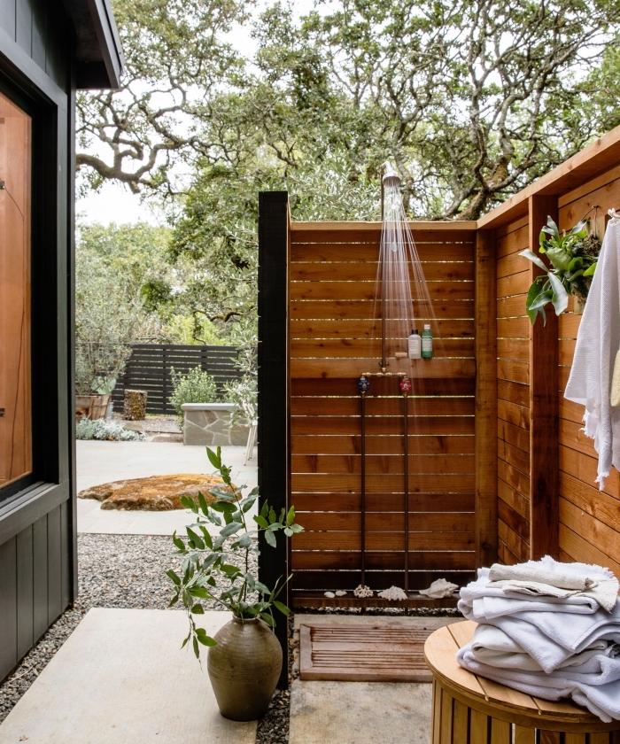 décoration de salle de bain pinterest moderne avec murs en planches bois marron et sol en dalles beige effet pierre