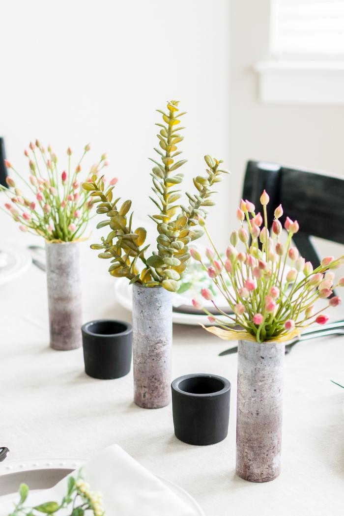 vases avec papier peint look béton, succulentes, fleurs roses, tasses en verre; idee deco table