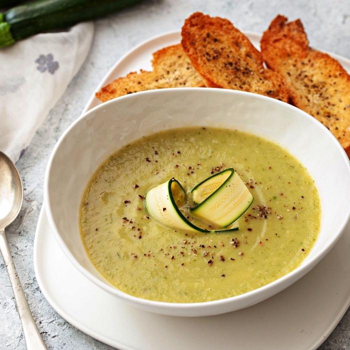 soupe de courgettes à l'oignon, recette de velouté courgettes et oignon servi avec tartines croustillantes
