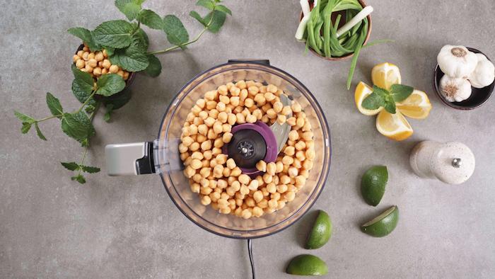 placer les pois chiche dans un robot de cuisine, étape pour faire boulette au pois chiche, falafel vert recette d apéro dinatoire chaud