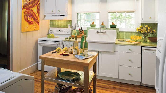 Vert et blanc cuisine avec ilot de table qui peut etre deplacee, cuisine blanche peinture jaune