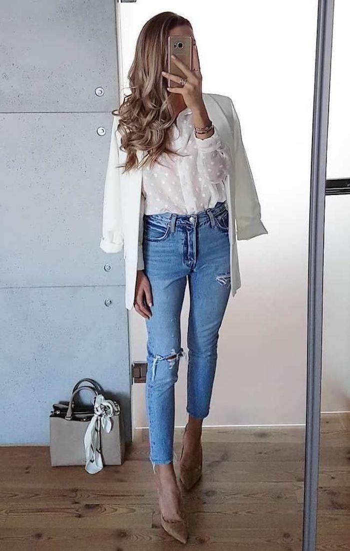 Jean slim déchiré, veste blanche et chemise transparente, image stylée, casual mode, tenue chic femme