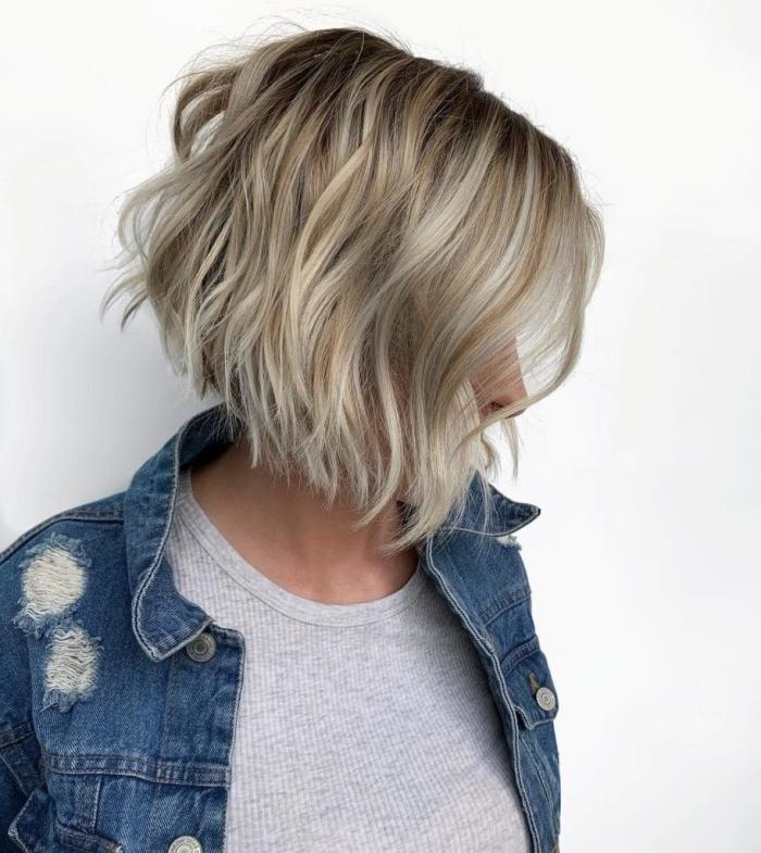 exemple de coupe carré dégradé, idée carré plongeant mi long sur cheveux de base châtain foncé avec mèches blondes ondulées