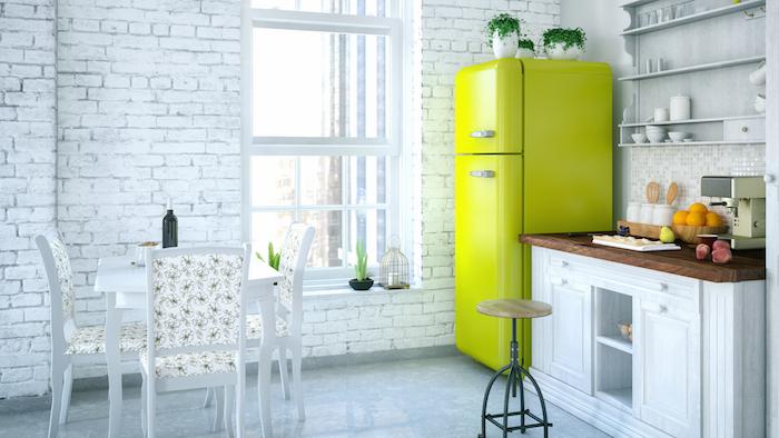 Blanche cuisine avec frigo vert brillant, cuisine avec fenetre style industriel vintage