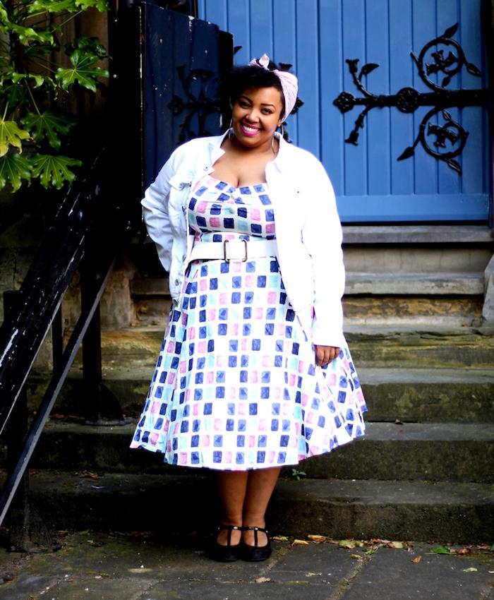 veste blanche dessus une robe à carreaux colorés et ceinture blanche, bandeau de tete, look guinguette femme ronde