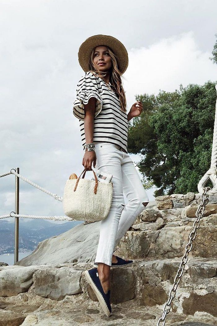 Jean blanc et t-shirt rayé, tenue avec espadrilles, style casual, image stylée, adopter le style casual chic