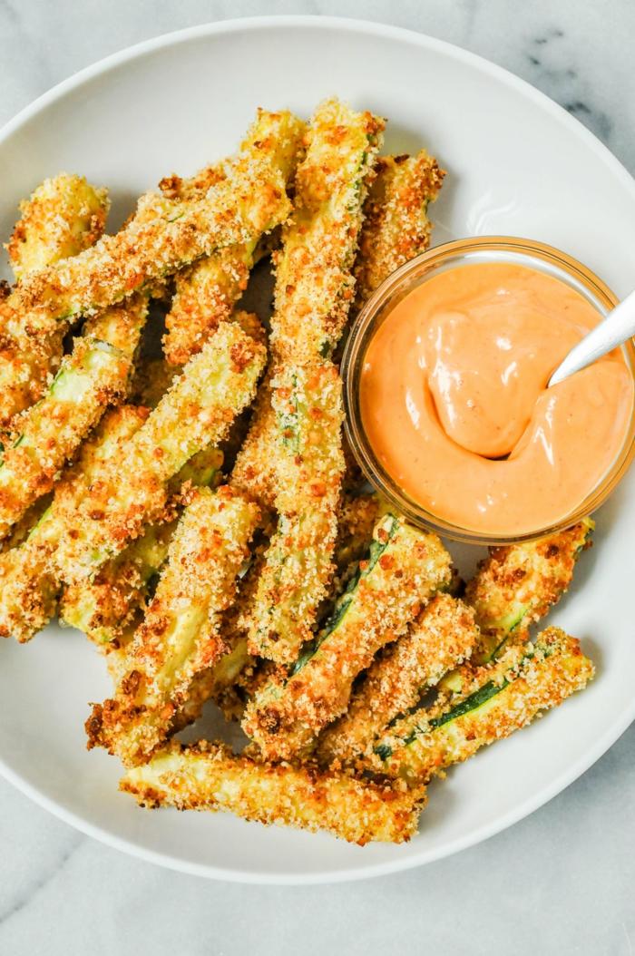 courgettes frites avec une sauce orange tomate et mayonnaise, idee apero dinatoire pour les jours chauds