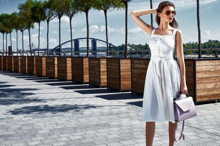 Femme bien habillée, moderne robe inspirée de la mode année 60, robe boheme chic, femme moderne tenue de jour, robe blanche taille haute, sac à main rose pale