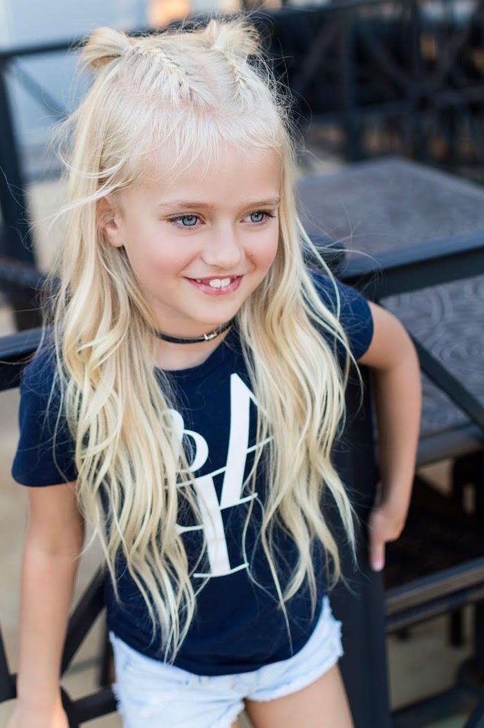 Originale coiffure tresse, deux tresses collées qui finissent avec petits demi-chignons, fille blonde yeux bleus, coiffure pour fillette, coiffure enfant