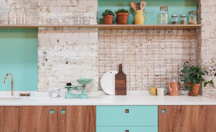 meuble bas cuisine en bois, credence cuisine briques blanches vintage, étagère en bois, plantes en pot, panneau et tiroirs couleur turquoise