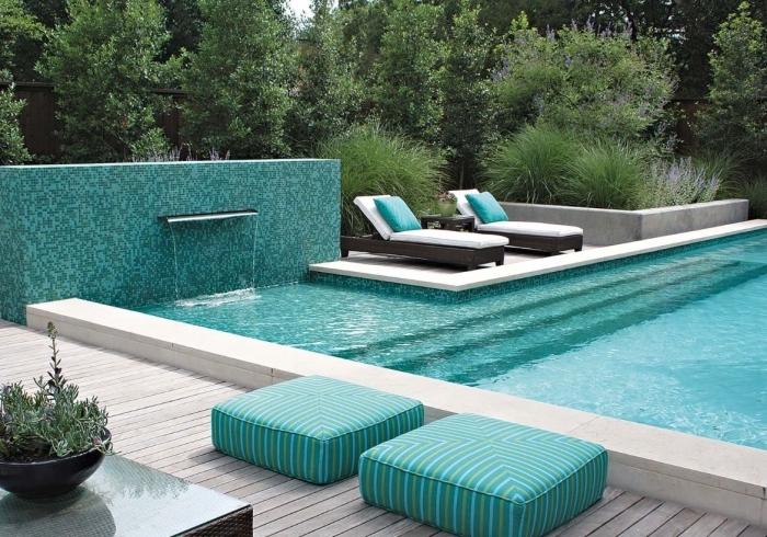 idée couleurs pour déco extérieure moderne, modèle de carrelage exterieur piscine à effet mosaïque turquoise