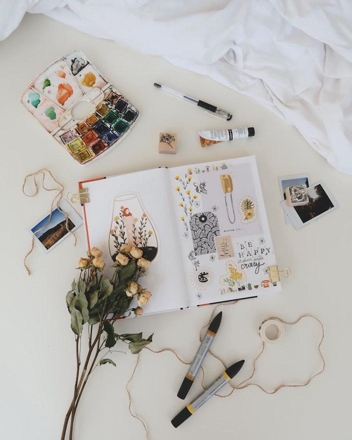 Simplicité dans les dessins et coupures, bouquet de fleurs petits roses jaunes, album scrapbooking, ranger ses photos art en album original