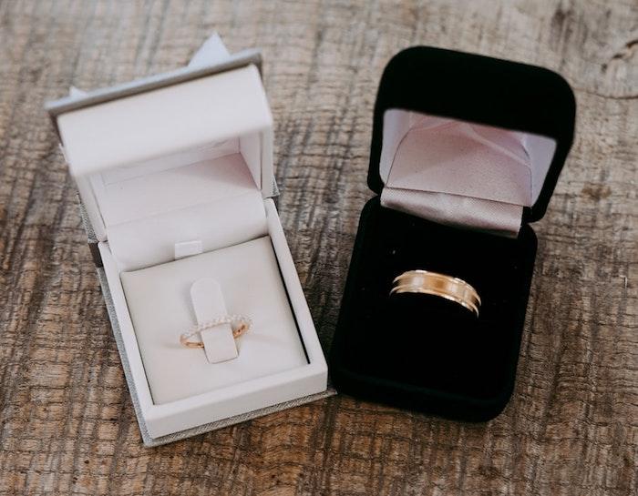 Alliances de mariage or jaune et diamants, idée pour couple jeunes mariés, design classique pour elle et lui