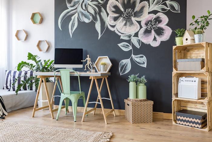 Mur ardoise noire pour dessiner avec craie coloré, photo bureau, décoration de bureau, image inspiration
