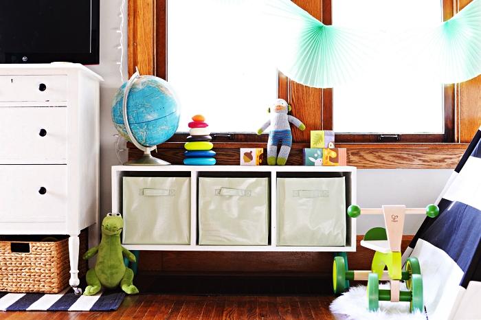 petit meuble de rangement ikea avec trois compartiments munis de casiers, idée d'aménagement chambre d'enfant