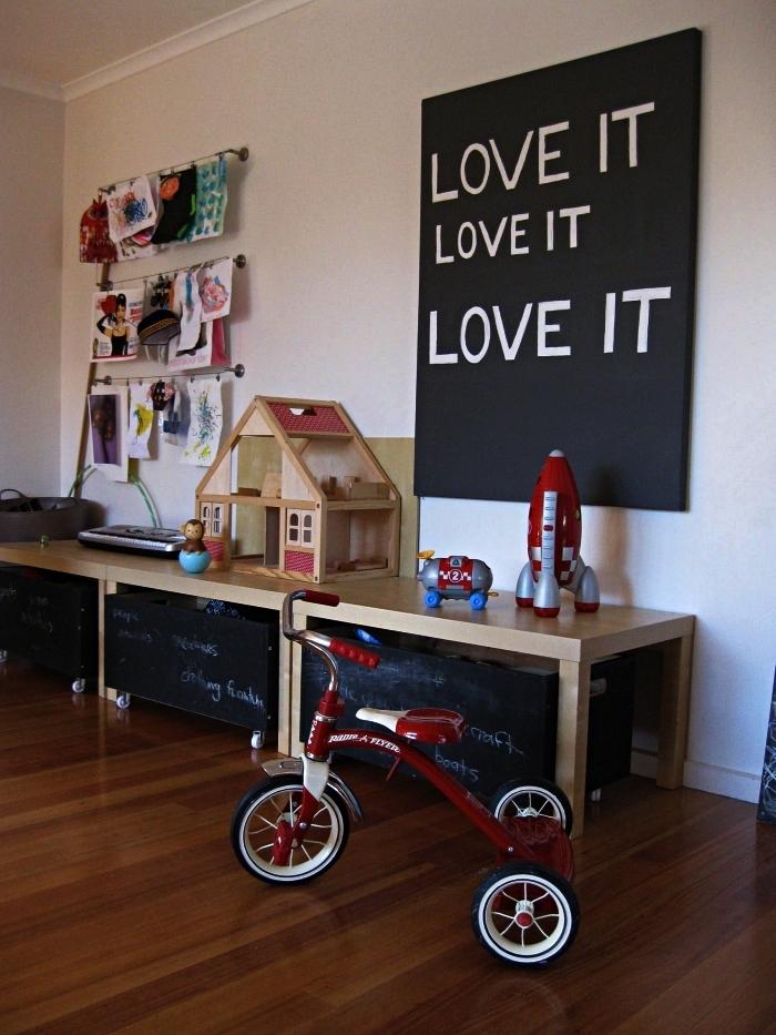 astuces de rangement pour les jouets des enfants, caisse de rangement mobile en ardoise sur laquelle les enfants peuvent écrire