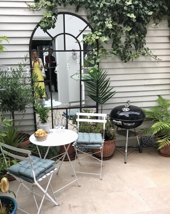 comment décorer un petit jardin de style rétro chic, idée meubles de jardin pliants en blanc, décoration jardin extérieur
