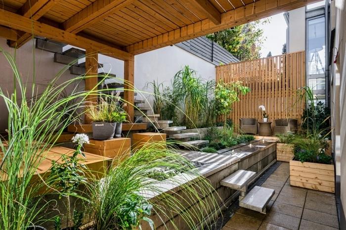 design extérieur style moderne avec meubles en bois, aménagement petit jardin avec clôture en bois et plantes vertes