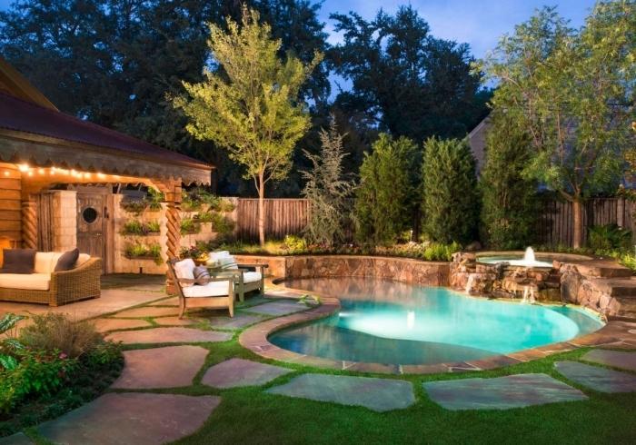 idée éclairage extérieur guirlande lumineuse, modèle de piscine avec petit bassin et jet d'eau, amenagement autour piscine