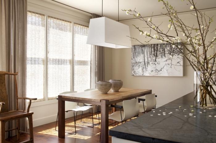 idée décoration salle à manger aux murs de couleur creme, aménagement cuisine avec îlot noir et meubles bois