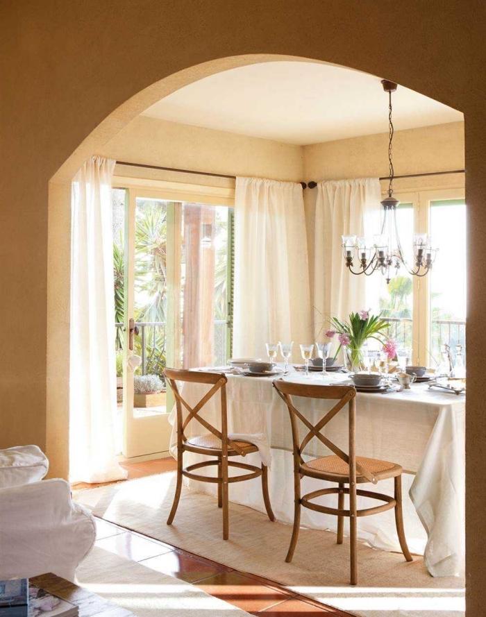 idée mur en forme d'arc entre salle à manger et salon, peinture beige nuance jaune sable pour une salle à manger