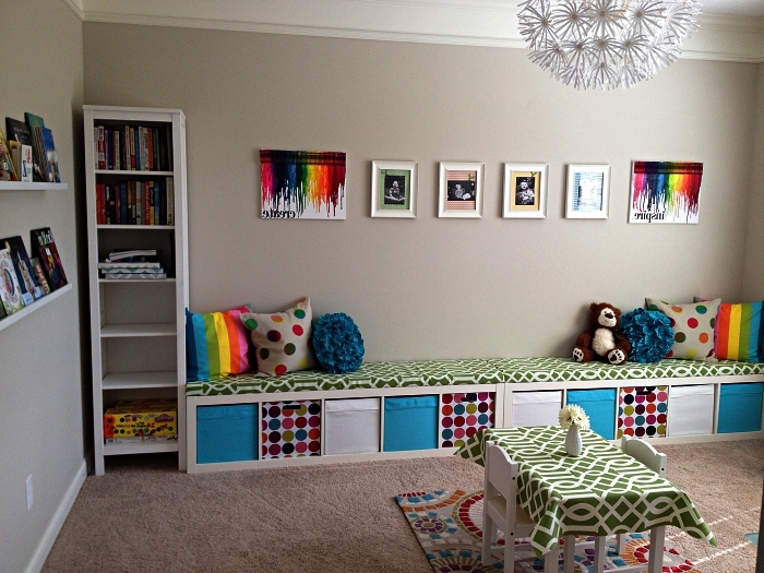 aménagement d'une chambre enfant avec banc rangement équipé de casier qui occupe le mur entier