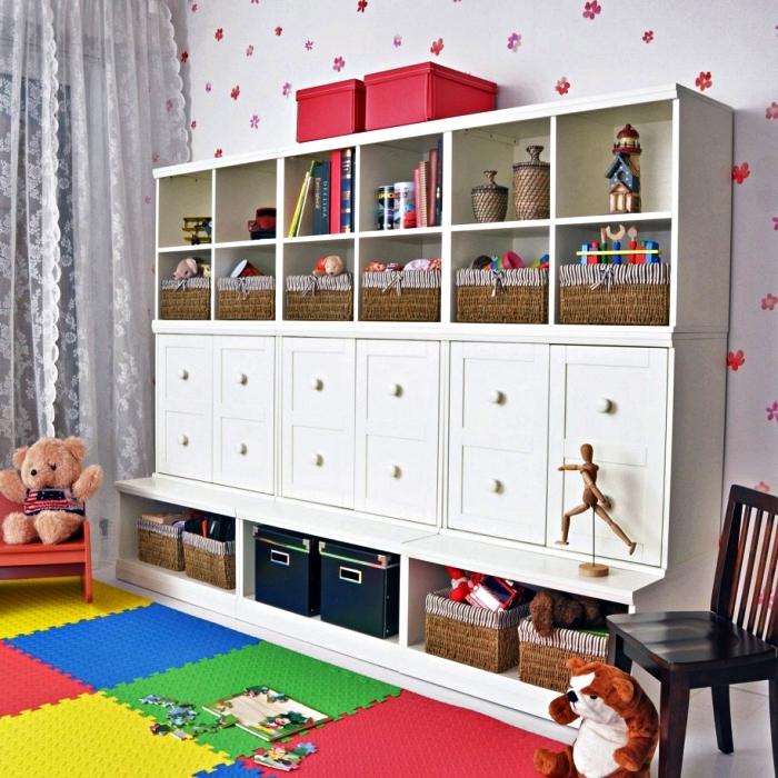 meuble de rangement jouets avec paniers et boîtes dans la salle de jeux, aménagement salle de jeux fonctionnelle