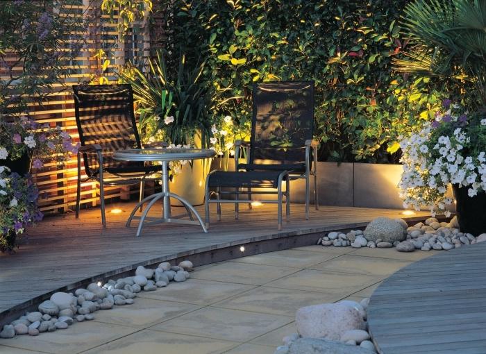 quel éclairage pour extérieur, exemple terrasse en bois avec spots led, idee amenagement jardin à petit espace